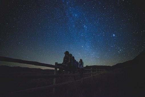 星空と4人の女性