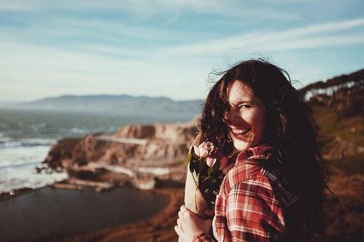 花束を持って笑う女性