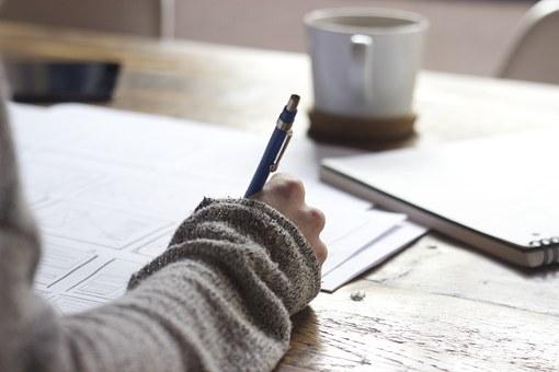 文章を書く女性の手元