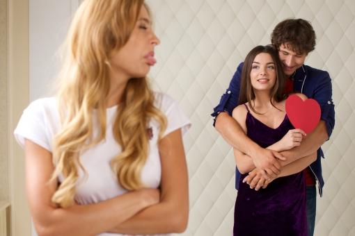 カップルを嫉む女性
