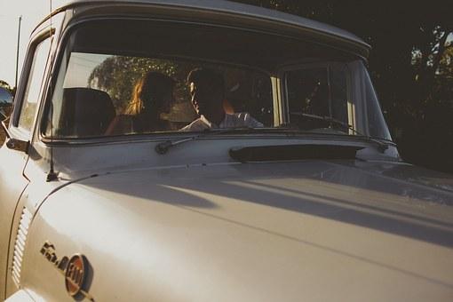 ドライブデート中の男女