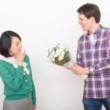 女性に花束をプレゼントする男性