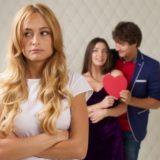 嫉妬する女性