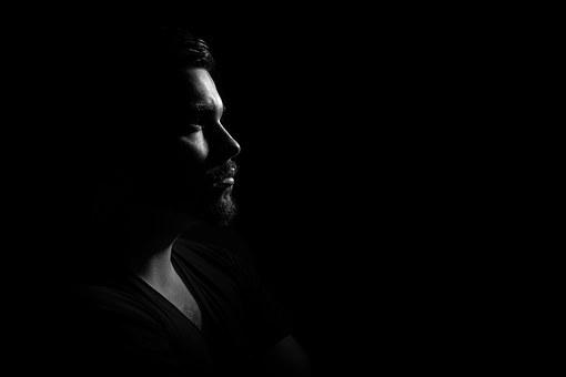 暗い部屋と男性の横顔