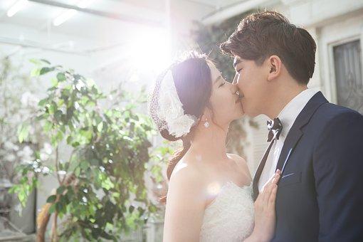 キスする若い夫婦