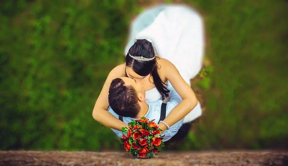 抱き合ってキスするカップル