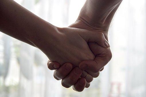 繋がれた手