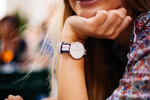 女性の手首と腕時計