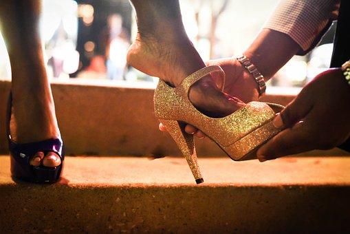 女性に靴を履かせる男性