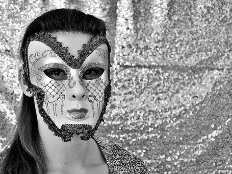 マスクで素顔を隠す女性