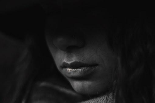 悲しそうな女性の暗い顔