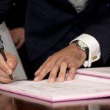 離婚届にサインする男性