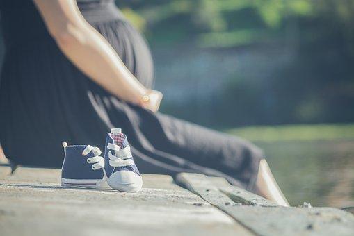 妊婦と生まれてくる赤ちゃんの靴