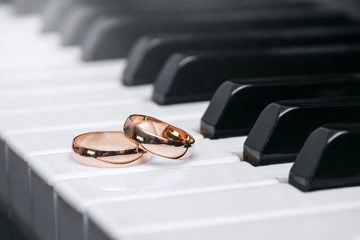 ピアノの鍵盤の上に置かれた結婚指輪