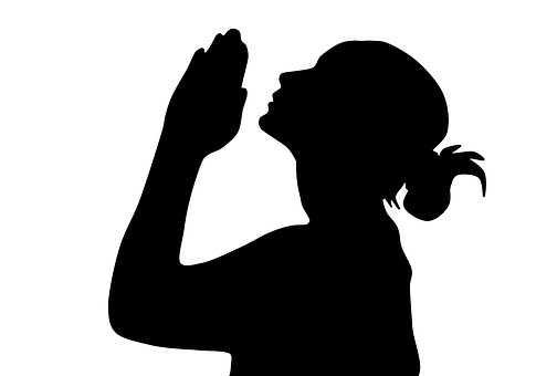 祈る女性のシルエット