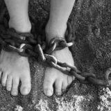 足に巻かれた鎖