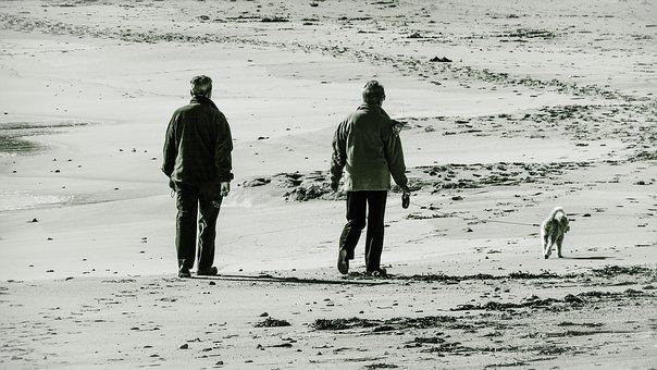 ビーチを散歩する老夫婦