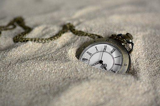 砂に埋もれた懐中時計