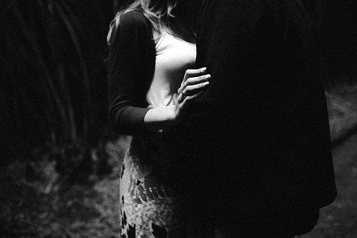 抱きしめ合う男女の白黒写真