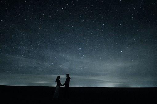 星空の下のカップル