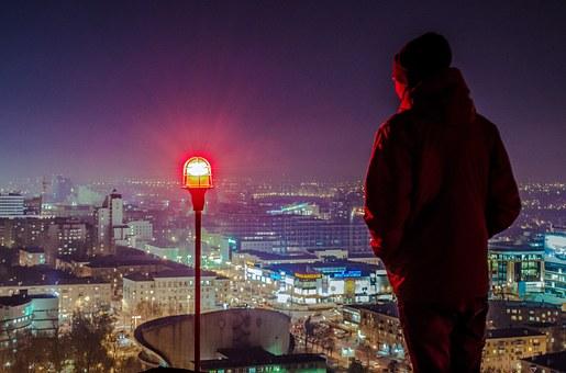 夜景を眺める男性