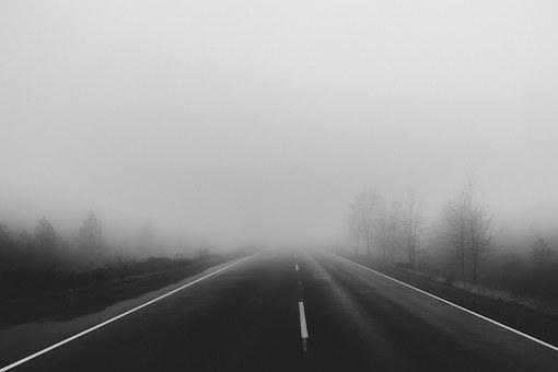 霧の濃い一本道