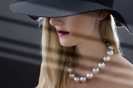 黒い帽子を被った女性