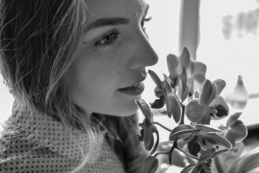 花と女性の白黒写真