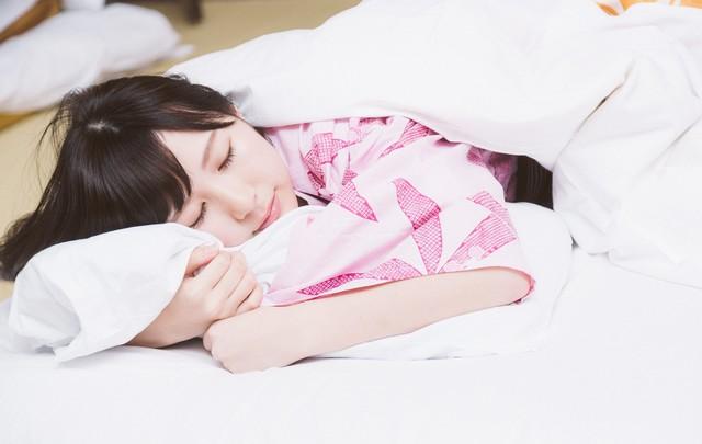浴衣で寝ている女性