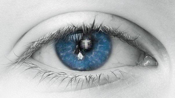 青い瞳に映る神様