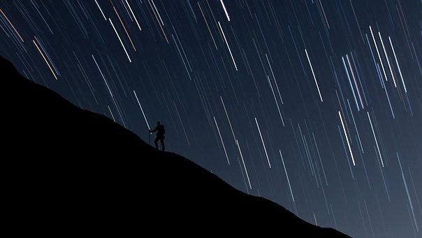 満天の星空と1人の男性