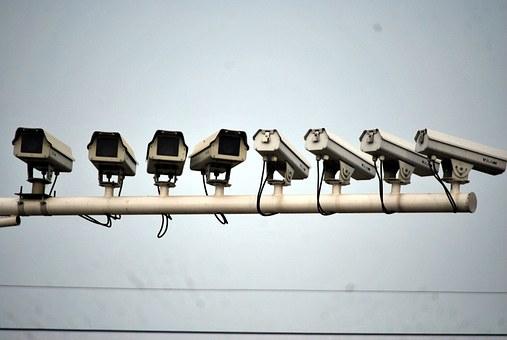 たくさん並んだ監視カメラ