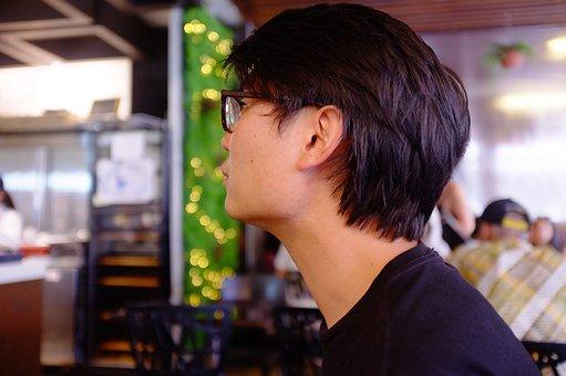 メガネをかけた男性の横顔
