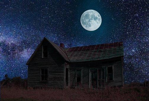 古びたコテージと満月の夜空