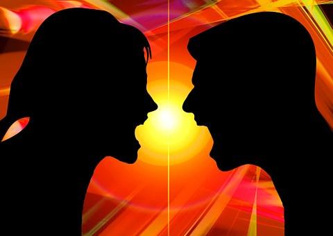 言い争いをする男女のシルエット