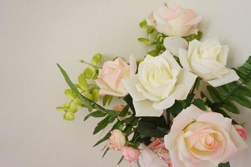 白とピンクの薔薇の花束