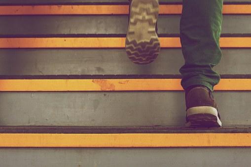 階段を駆け上がる足下