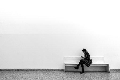 ベンチに座る1人の女性