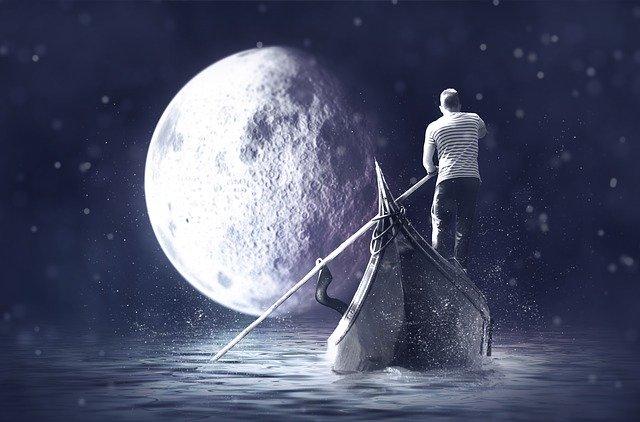 満月と船に乗っている男性