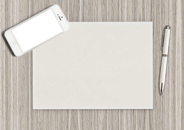 スマホと白紙の紙とペン