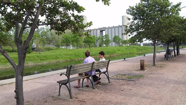 公園のベンチに座っているカップル