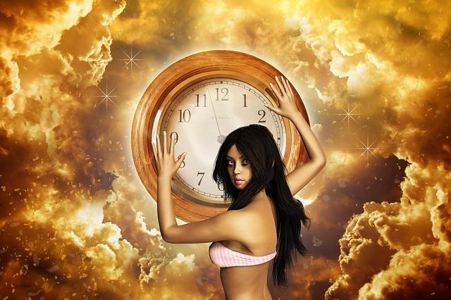 大きな時計を抱える女性